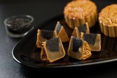 Mooncake preto do sabor do sésamo com Lotus Seed branca foto de stock