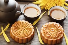 Mooncake und Tee Lizenzfreies Stockbild