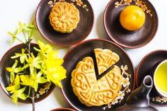 Mooncake y té, comida y bebida para el mediados de festival chino del otoño Aislado en el fondo blanco fotos de archivo