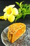 Mooncakes deliciosos cortados em partes em uma placa de vidro Fotografia de Stock
