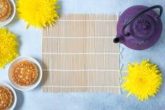 Mooncakes, thee, theepot, chrysant bloeit op lichte achtergrond met exemplaarruimte Het Chinese voedsel van het de medio-herfstfe royalty-vrije stock fotografie