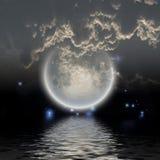 Moonen över bevattnar Fotografering för Bildbyråer