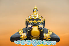 Moonen i den Rahoo munnen på white på Wat Saman Royaltyfri Bild