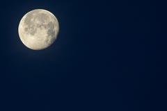Moonen… i en molnig natt Royaltyfri Foto