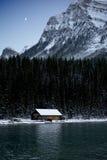 Moonerise detrás de una cabina de la orilla del lago Fotografía de archivo libre de regalías