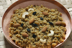 Moong Dal Halwa - un piatto dolce indiano Fotografie Stock