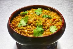 Moong dal, minestra di lenticchia vegetariana indiana in ciotola di terracotta Fotografie Stock Libere da Diritti