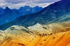 Moonland岩石,喜马拉雅山,在Leh,查谟克什米尔,印度的ladakh风景 免版税库存图片