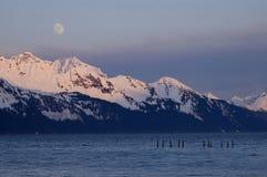 Moonrise över alaskabo bergskedja Arkivfoto