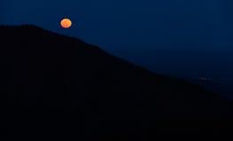 Moonrise över de Appalachian bergen från det Bearfence berget, arkivbilder