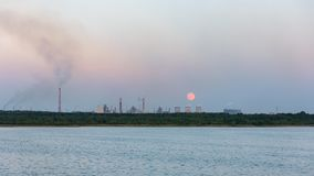 Moonrise över den industriella zonen i Dabrowa Gornicza Arkivbild