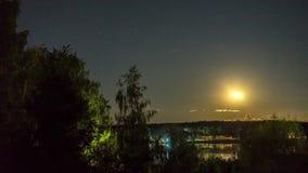 Moonrise över en sjö lager videofilmer