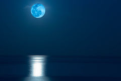 Moonrise över havet i Thailand Royaltyfria Bilder