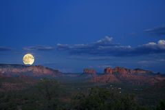 moonrise över röda rocks Arkivfoto