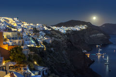 Moonrise über dem Santorini Stockfotos