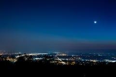 Moonrise über einer Stadt Lizenzfreie Stockbilder
