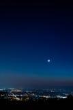 Moonrise über einer Stadt Stockfotografie