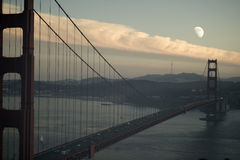 Moonrise bij de Gouden brug van de Poort stock fotografie