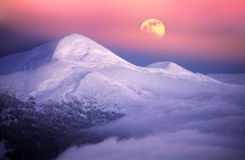 Moonrise bland alpina maxima Royaltyfria Bilder
