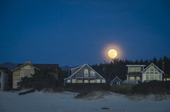 Moonrise boven strandhuizen Stock Afbeeldingen