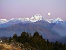 Moonrise de Bergen van dhaulagiri-Annapurna Himalayagebergte stock foto