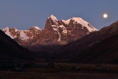 Moonrise in den Bergen Stockfotografie