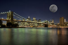 Moonrise i New York City Royaltyfria Bilder