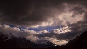 Moonrise im Berg. Zeitspanne stock video