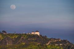 Moonrise królestwo - księżyc wzrasta nad Griffith obserwatorium Obrazy Royalty Free