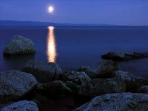 Moonrise op meer Stock Foto's
