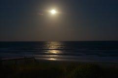 Moonrise over de Oceaan Stock Afbeeldingen