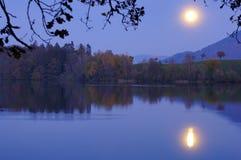 Moonrise over het meer Stock Foto's