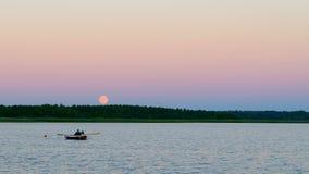 Moonrise over het meer Royalty-vrije Stock Afbeeldingen