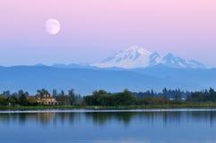 Moonrise over MT Baker bij Wijzer Meer Royalty-vrije Stock Foto