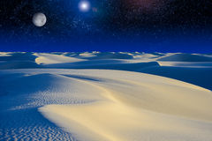 Moonrise over zandduinen. Stock Foto's
