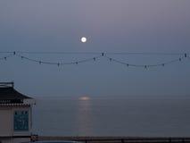 Moonrise på sjösidan Arkivfoto