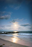 Moonrise på stranden Arkivfoto