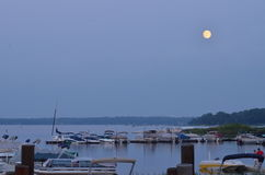 Moonrise przy Biały Niedźwiedź jeziorem Obraz Royalty Free