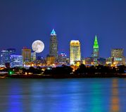 Moonrise sobre a skyline e o Lago Erie de Cleveland Ohio Fotos de Stock