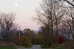Moonrise sobre uma estrada traseira rural Imagem de Stock Royalty Free