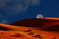 Moonrise sopra le dune fotografie stock