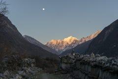 Moonrise van de Langtangvallei over berg Stock Afbeelding