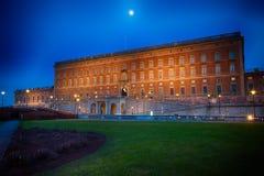 Moonrise över svenska Royal Palace i Stockholm Royaltyfri Bild