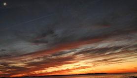 Moonrise zonsondergang: Dans van de Zon en de Maan Stock Foto's