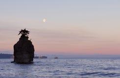 moonset公园岩石siwash斯坦利 免版税库存图片