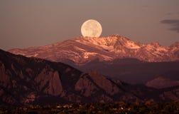 Moonset över de steniga bergen, bak stenblocket Colorado Royaltyfri Bild
