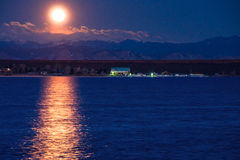 Moonset über dem Jachthafen Stockfotos