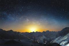 在山的Moonset在与水平的银河的晚上在天空 山积雪的峰顶在晚上 库存照片