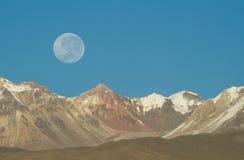 Moonset au-dessus des montagnes Images libres de droits