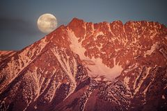 Moonset bak handfatberget Arkivbild